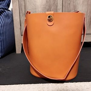 Sophie Hulme large Swing leather bucket bag *Tan*